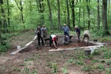 Voll Enthusiasmus wurden auf dem Ringwall am ersten Grabungstag a) der erste Schnitt angelegt und b) die vorhandenen Zecken eingesammelt.
