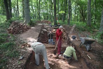 Nun geht es darum, den dem Wall vorgelagerten Graben zu finden.