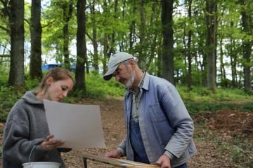 Horst nimmt die Ergebnisse der Zeichenkünste von Christine in Augenschein.