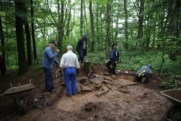 Der strömende Regen hält die Helfer nicht davon ab, im Torbereich weiterzuarbeiten.