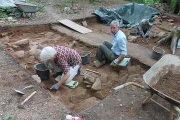 Eine eiszeitliche Steinpackung taucht auch in der Südostecke des Torschnittes auf.