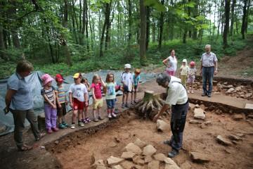 Heute besuchte der Kindergarten von Wirtheim die Grabung.