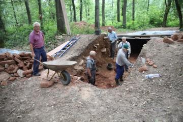 """Das Abtragen der betonharten Steinpackung im Wallschnitt wurde kurzerhand zur """"Männersache"""" erklärt."""