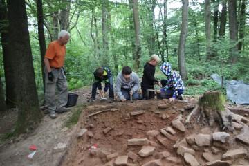 """Am dritten Grabungstag hatte sich auch bei den Nachwuchsarchäologen das Prinzip """"Geduld"""" durchgesetzt."""