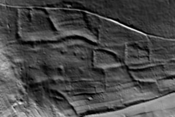 """Detail """"Schlossberg-Südhang"""": ehemalige Terrassen und Einfriedungen, Gebietsausschnitt 325m x 225m. Datengrundlage: Bayerische Vermessungsverwaltung, Bearbeiter: Karl-Heinz Gertloff, Egelsbach"""
