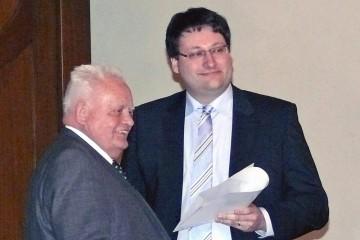 Florian Huggenberger mit der gerade überreichten Promotionsurkunde