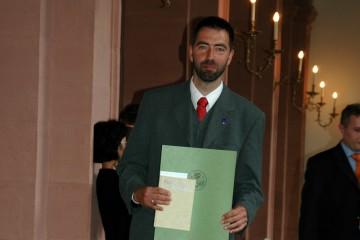 Dr. rer. nat. Jürgen Jung mit der Urkunde der Unterfränkischen Gedenkjahrstiftung