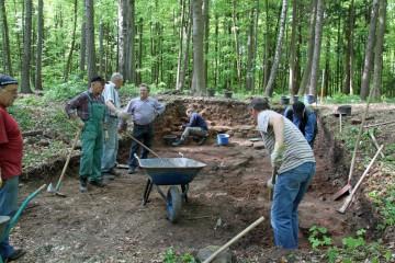 Schon nach zwei Tagen zeichnet sich die Grabung deutlich im Weichbild des ehemaligen Klosterareals ab.