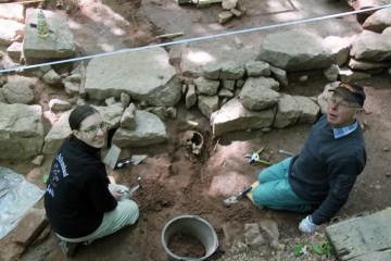 Da kommt noch mehr... Bianca und Christian beim Freilegen von Grab 3.