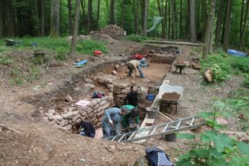 Westlich der Kirche stand ein steinernes Haus. Von diesem hat sich der Keller noch fast vollständig erhalten.