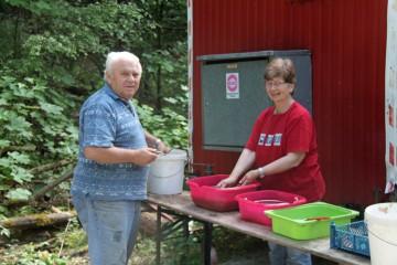 Vom ersten bis zum letzten Grabungstag sind unsere Scherbenwäscher vollauf beschäftigt.