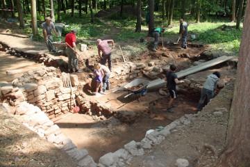 Mit zahlreichen Helfern wird der Keller westlich des Klosters vollständig ausgegraben.