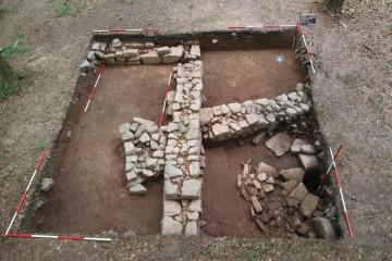 Zwischen den Mauern östlich des Klosters kommt ein Brunnen zum Vorschein.