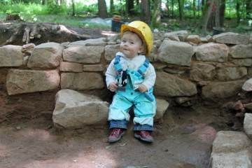 Laila, die jüngste Grabungshelferin des Archäologischen Spessartprojekts.