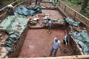 Im Steinkeller geht's Schicht für Schicht tiefer - bis auf den mittelalterlichen Laufhorizont.