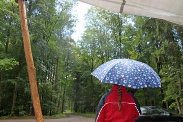 Abschied im Regen. Die Melancholie des letzten Grabungstags. Nichtsdestotrotz sind alle stolz auf ihre Arbeit.