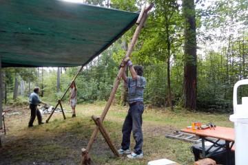 Auch das Grabungscamp wird wieder hergerichtet - jetzt mit Vordach.