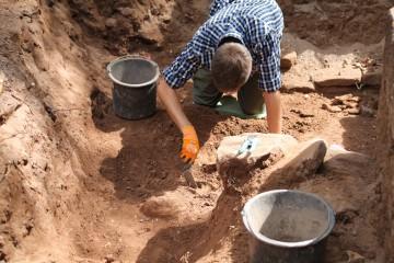 Davids erster Arbeitstag: Mit den Jungs und Mädels im Friedhof versteht er sich auf Anhieb.