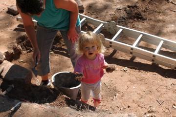 Auch Laila, unser Grabungsküken, ist wieder dabei.