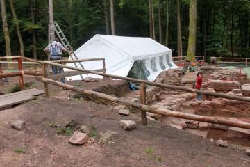 Das Zelt ist ein bei Herbstwetter äußerst hilfreiches Überbleibsel vom Grabungsfest.