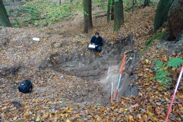 Einer der nachburgzeitlichen Steinbrüche wird von Jürgen Jung vom Archäologischen Spessartprojekt dokumentiert.