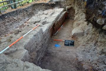 Bei der südlichen Ringmauer erkennt man, dass die Ausrichtung des Fundaments deutlich von dem darüber errichteten, aufgehenden Mauerwerk abweicht.