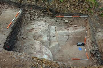 Der burgzeitliche Steinbruch unterscheidet sich kaum von den weiteren Steinentnahmenstellen des 18. und 19. Jahrhunderts auf dem Plateau des Gräfenbergs.