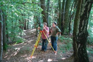 Vor Beginn der eigentlichen Grabungsarbeiten wird auf dem Burghügel ein Messnetz angelegt.
