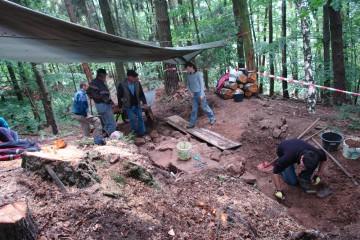 Schon am zweiten Grabungstag stoßen wir auf die Fundamente der Südostecke der Ringmauer.