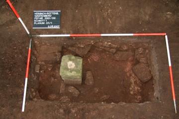 Ein kleiner Stein mit großer Wirkung: Wegen des trigonometrischen Messpunktes wurde der Steinbruch südwestlich der Burg stillgelegt. Etwa ein Fünftel der Kernburg konnte sich dadurch im Erdreich erhalten.