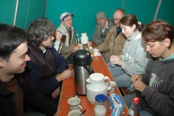 Bei kaltem und regnerischem Wetter wurden die Pausen in den Bauwagen verlegt. Kaffee und Tee finden reißenden Absatz.