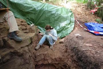 Heute begannen wir mit dem sorgfältigen Putzen der freigelegten Steine der Außenseite der Ringmauer, welche sich noch in einer Höhe von fünf Steinlagen erhalten hat.