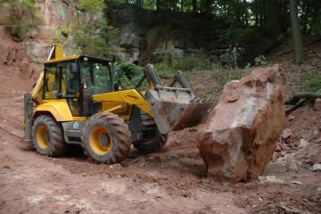 Die im Steinbruch geborgenen Sandsteinbrocken werden größer und größer. Leider fehlt von der Inschriftentafel noch jede Spur.