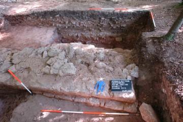 Bei den Fundamenten des nach Süden weisenden Abschnitts der Ringmauer fällt auf, dass man bereits während der Errichtung die Lage der Mauern ganz beträchtlich korrigieren musste. So steht an dieser Stelle das zwei Meter mächtige Fundament nach Norden um immerhin um 30 Zentimeter vor.