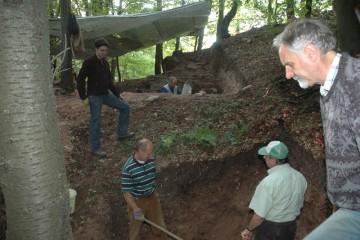 Östlich der Ringmauer graben wir uns bis auf den gewachsenen Felsen nach unten.