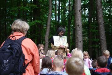Die ersten Schulklassen aus Hösbach informieren sich vor Ort über die Grabungen.