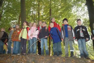 Auch zahlreiche Kinder interessierten sich für die Ausgrabungen. Wie man sieht, hatten sie Spaß dabei.