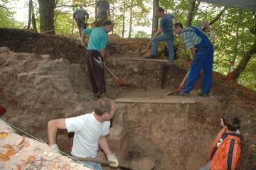 Fast wie beim Staudammbau in China: Stufe für Stufe bringen fleißige Helferhände den abgegrabenen Dreck aus dem Schnitt.