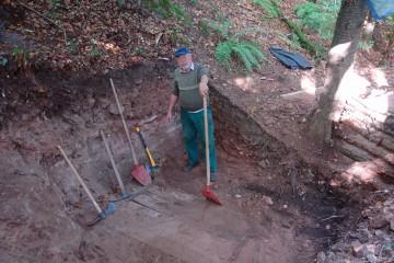 Hier präsentiert Hans eine Auswahl an Arbeitsgerät, welches auf der Grabung zum Einsatz kam - Nachahmung nur mit behördlicher Genehmigung.