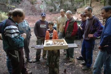 Was bei den Grabungen zutage kam, wird von Jung und Alt interessiert begutachtet.