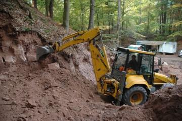 Teilweise war auch schweres Gerät nötig, um im Steinbruch dem Fels zu Leibe zu rücken.