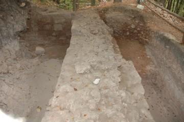 Gretchenfrage: Sollen die mächtigen Fundamente der südlichen Ringmauer nach Abschluss der Grabungen wieder im Erdreich veschwinden?