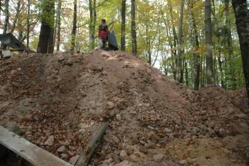 Im Verlauf der Grabung sammelte sich einiges an Abraum an. Der Hügel führt den freiwilligen Helfern jedesmal vor Augen, welche enormen Erdbewegungen sie geleistet haben.