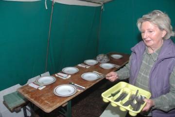 Noch schnell den Tisch gedeckt, dann können sich die hungrigen Helfer für den Nachmittag stärken.