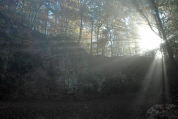 Gräfenberger Götterdämmerung: Durch das mystische Licht, in welches die Morgensonne den Steinbruch taucht, kann man sich in eine andere Zeit versetzt fühlen.