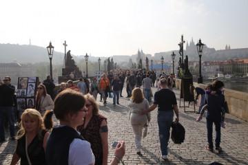 Kreuzigungsgruppe aus Bronze auf der Karlsbrücke in Prag (CZ)