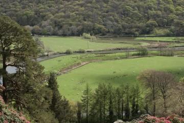 Die künstlichen Mäander des River Dwyryd bei Plas Tan y Bwlch, Wales (UK)