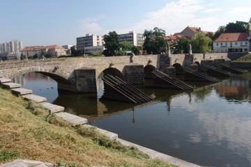 Die steinerne Brücke von Písek (CZ) wurde nach der Jahrtausendflut 2002 in alter Pracht wieder aufgebaut.