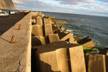 Wellenbrecher aus Beton sollen die Erosion an der Westküste von Madeira eindämmen.