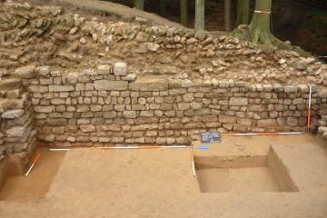 An der bis auf das Fundament freigelegten Innenseite der östlichen Ringmauer markieren zwei jeweils auf drei Lagen angelegte, vertikale Fugen die Ansatzstellen für den Mauerbau.